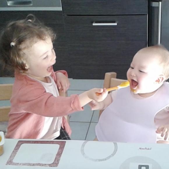 Noélie nourrit sa soeur